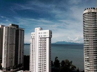 2BD Sea & City View (Gurney Drive)