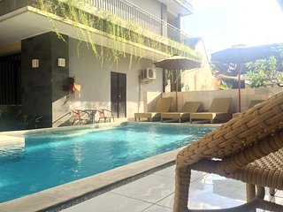 KUTA POOLSIDE QUAD ROOM,TWO QUEEN BEDS,FLATSCREEN TV,FREE BREAKFAST,AC,WIFI