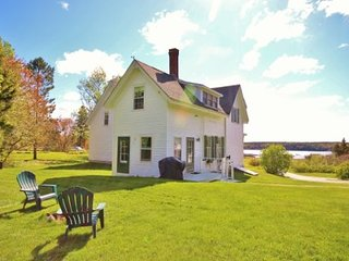Traditional Saltwater Farm with waterfront - walk to Owls Head Village, Rockland
