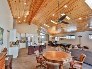 Modern Lakefront Dream Home, steps to The Village. Spa, Billiards, Wifi, Firepit