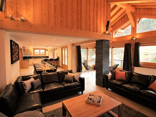 BRAND NEW BUILD Chalet - Close To Center & Ski Lifts with OUTDOOR JACUZZI