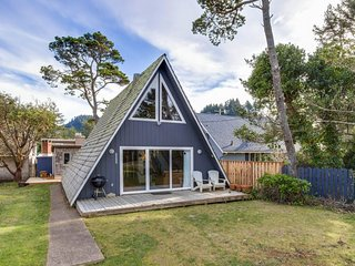 Quiet, coastal cabin getaway, less than a block from the beach