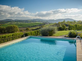 Gorgeous 2 bedroom villa in the Val d'Orcia region, features shared pool, private garden and barbecue, Montalcino