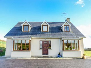 CARRAGILLY, detached, open fire, WiFi, lawned garden, near Union Hall, Ref 94268