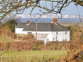 SWEET BRIARS, open fire and woodburning stove, lawned garden, pet-friendly, Chal