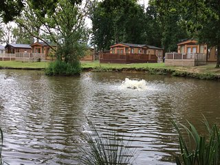 Laurel Lakeside Lodge with hot tub & lake views, Sutton on the Forest