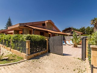 WELL-LIT MEDITERRANEAN VILLA WITH VERANDA AND GARDEN ONLY 35 METERS FROM THE SEA