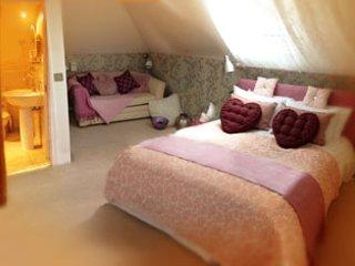 Schlafzimmer 1 (First Floor) en-suite Schlaf 2-4 auf zusätzliches Schlafsofa, geeignet für 2 Kinder oder 1 adul