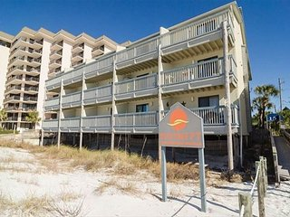 1 bedroom 1 bath sleeps 4 walk to beach priced so everyone can come to PCB