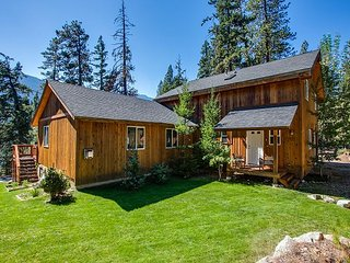MAY SPECIALS- BARKING FOX LODGE:  private hot tub, Wi-Fi, Cable, sleeps 10
