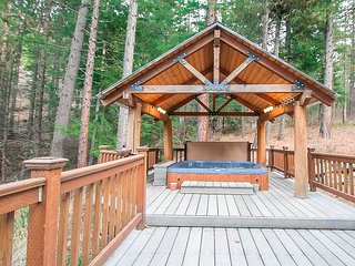HIDDEN PINES Cozy and private getaway with hot tub and WiFi