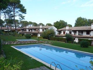 Piscina y dos dormitorios con terraza-jardín frente al bosque., Pals