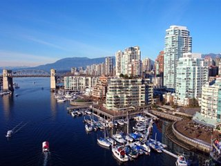 Downtown 1800'  Townhouse Upscale Beach Area, Parking, Pool, Gym,Sauna,HotTub+, Vancouver