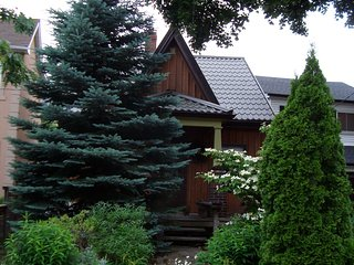 Cozy cottage in the city! Close to everything. Trendy neighbourhood,