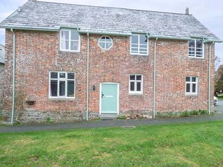 THE MEWS, pet-friendly, shared swimming pool and tennis court, courtyard, Holsworthy