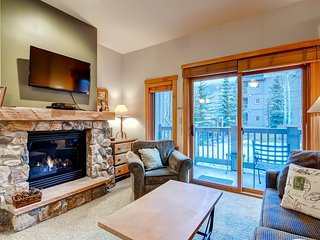 Studio Condo next to slopes! Sleeps 4. Kids ski free!