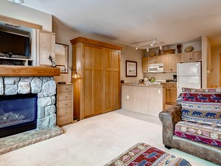 Walk To The Slopes! Full kitchen, Murphy & Sofabed. Sleeps 4 ~ RA135503