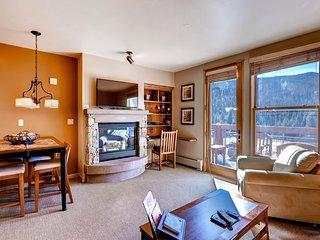 1Br Condo Sleeps 4. Walk to Gondola. Stay & Kids Ski Free! ~ RA135507