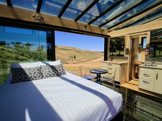 Greystone PurePod - luxurious glass eco-cabin high above an organic winery, Waipara