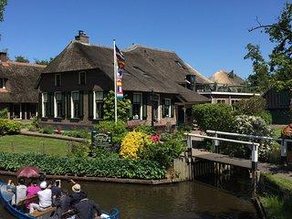 Luxe Kamer B&B de Hofstee 2 aan de dorpsgracht in het centrum van Giethoorn