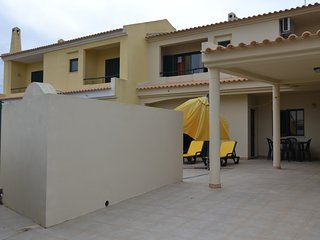 Holiday house in Albufeira near downtown with private pool, internet and garage, Olhos de Agua