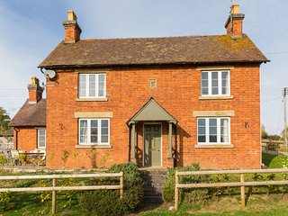 Great Farmhouse , Stunning Location, perfect for families, friends, reunion, etc, Cheltenham
