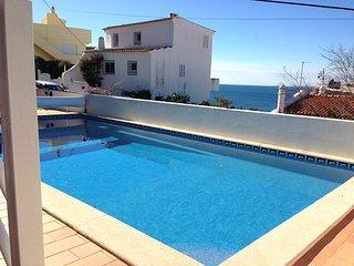 Casa Caravela, a central villa with heatable pool, good seaviews, 300m to beach, Carvoeiro