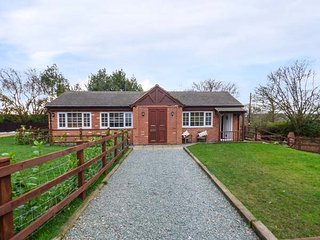 LOWER FARM WEST, ground floor cottage, woodburner, WiFi, pet-friendly, Berkswell near Coventy, Ref 918295, Coventry