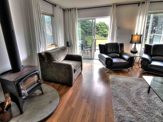 Modern Ocean View Duplex! Walk to Everything! FREE NIGHT!, Yachats