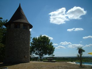 Romantic Rapunzel's tower, panoramic views with private pool & hot tub. Idyllic.