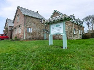 OLD STABLES, converted stables, use of swimming pool and tennis court, Holsworthy, Ref 935886
