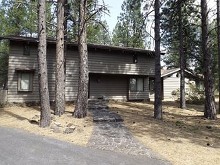 Rustic Cabin in Sunriver with Modern Amenities and SHARC Passes!
