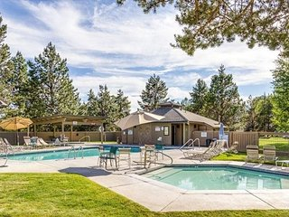 Sunriver Condo with Private Amenities! Pool, Hot Tub, Tennis Courts