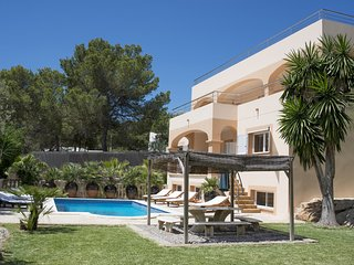 Large luxury villa, 10 mins walk to beach & restaurants, 10 mins to San Antonio