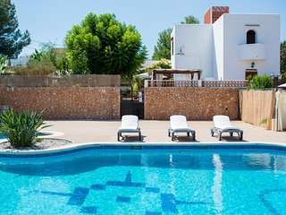 Spacious villa with huge pool, 10 mins walk to beach , Great for families