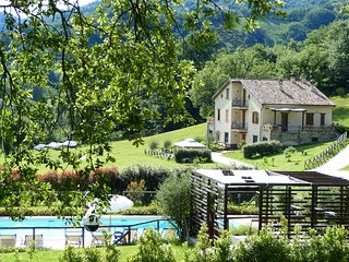 BUDDLEJA-Cerqua Rosara Residence large apartment in villa with pool near Assisi