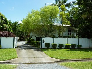 Resort Style Holiday Home for 15 persons with outdoor kitchen & dining and pool, Cairns