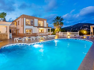 Villa Sol, near Playa d'en Bossa and Ibiza Town! Private Pool, Wifi and Aircon.