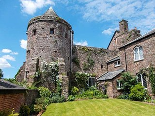 CASTLE BARTON, three en-suite bedrooms, private garden, in Tiverton, Ref 947913