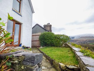 PEN Y GRAIG, semi-detached, amazing views, WiFi, dog-friendly, in Talysarn