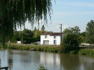 30mn La Rochelle,Marais Poitevin tres beau gite en bord de riviere.Grand jardin