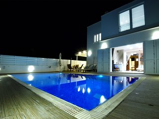 Delightful Pernera Villa, 3 minutes from the Beach, with Private Pool, sleeps 7