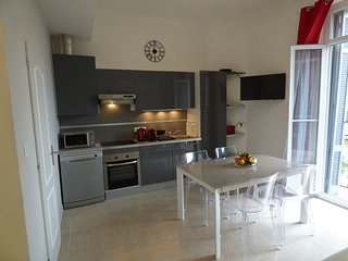 APPARTEMENT 3 PIECES  60M2 TOUT RENOVE - 300M DU PALAIS-IDEAL 5PERS