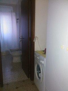 Lavatrice posta all'ingresso del bagno
