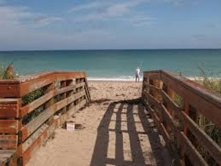 PRIVATE RM NEAR JENSEN BEACH, NEAR SHOPPING CENTER AND RESTAURANTS..