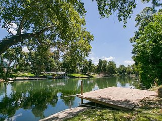 Riverfront 4 bedroom home! Sleeps 14 with lots of outdoor living space!, New Braunfels