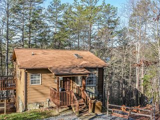 ARAPAHO- 2BR/1BA- ADORABLE WOODED CABIN, FLAT SCREEN TV WITH SATELLITE, GAS LOG FIREPLACE, WIFI, KING BED, WASHER/DRYER, GAS GRILL, AND ONLY 5 MINUTES FROM TOWN! STARTING AT $79 A NIGHT!, Blue Ridge