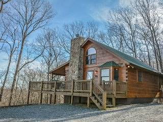 HIS PLACE-2BR/3BA- CABIN SLEEPS 6, PRIVATE, MOUNTAIN VIEW, WIFI, POOL TABLE