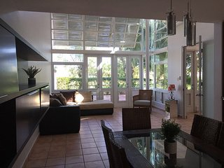 Walk to the beach in beautful spacious 4bed 4 1/2 home, Dorado