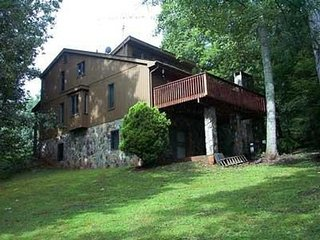 Large 7 bedroom mountain home with pool comfortable and affordable, Blue Ridge